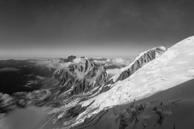 photo de montagne noir et blanc du mont blanc