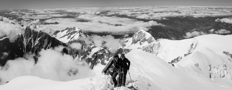 photo noir et blanc de l'ascension du mont blanc