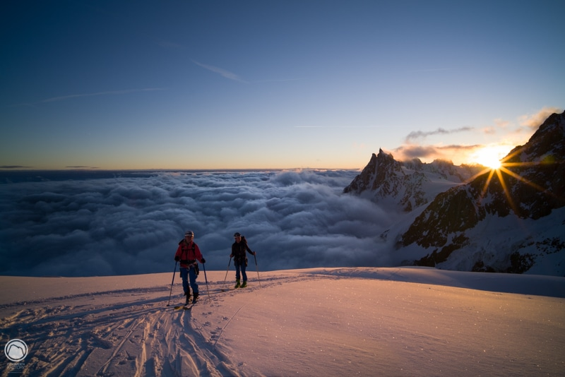 Crépuscule sur le Mont Blanc a skis